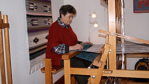 Cecile Küchler an ihrem Webstuhl.