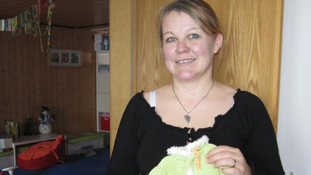 Erika Streuli Oppliger näht Kleider für totgeborene Kinder.