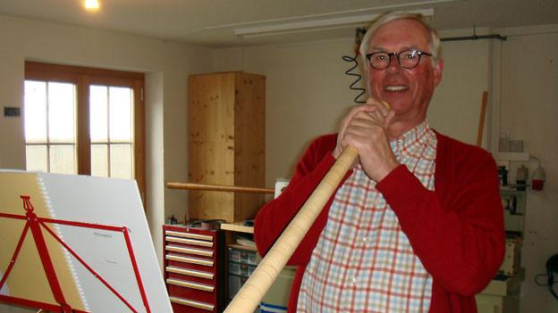 Christoph Ringiers Passion ist das Alphornspielen.