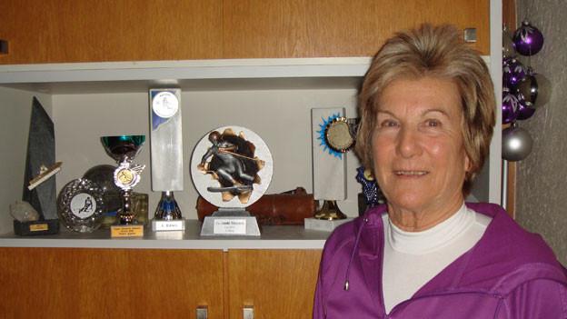 Die sportbegeisterte Seniorin hat schon einige Auszeichnungen auf den Skiern eingefahren.