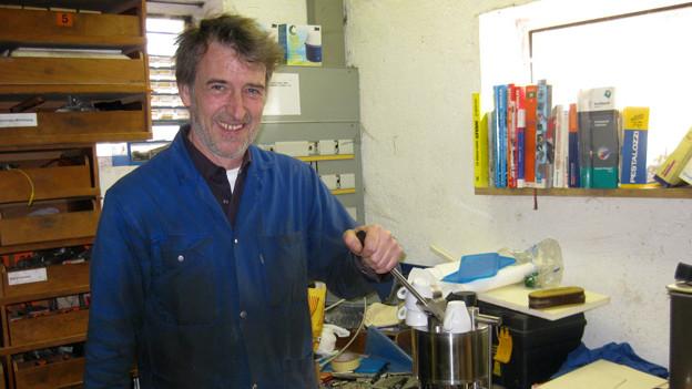 Daniel Pfister tüftlet seit vier Jahren in seiner Werkstatt an Kaffeemaschinen herum..