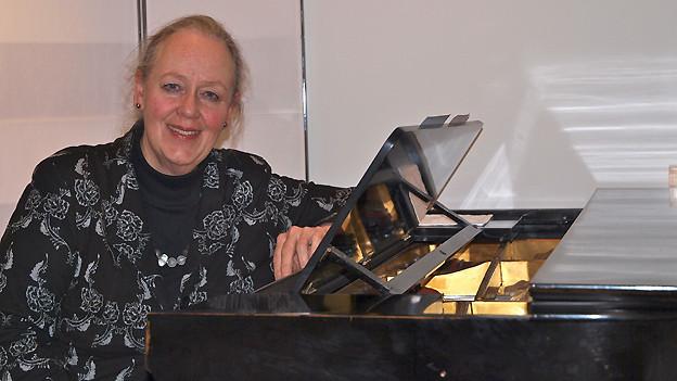 Karin Merazzi arrangiert Glockenklänge und Chorgesang zu einem Gesamtwerk.