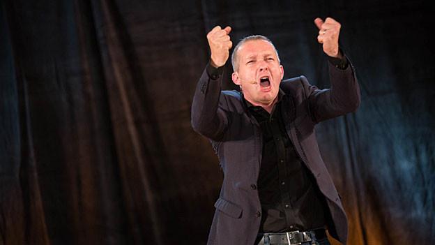Simon Enzler in Rage an der «Zytlupe Live» im Radiostudio Zürich 2012