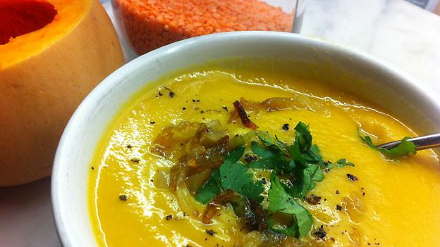 Dal-Linsen-Suppe mit Kürbis.