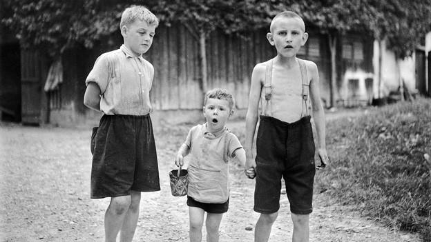 Knaben in der Erziehungsanstalt Sonnenberg bei der Arbeit, Kriens, 1944