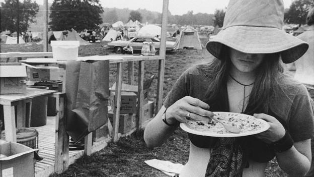 Eine Besucherin am Woodstock Music Festival im Jahre 1969.