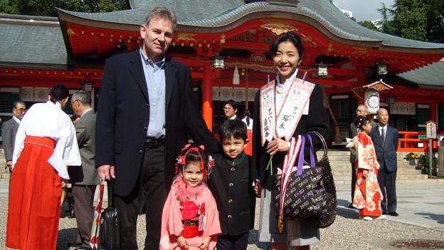 Herbert Bucher mit seiner Frau Sumie und den Kindern Maria (4½) und Luka (6) vor dem Ikuta-Schrein in Kobe, der wahrscheinlich eine der ältesten religiösen Stätten dieser Art in Japan ist.