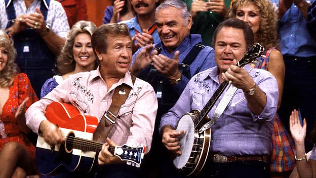 Archivaufnahme von 1986: Roy Clark (r.) gibt zusammen mit seinem Kumpanen Buck Oews ein Ständchen in seiner TV-Show «Hee Haw».