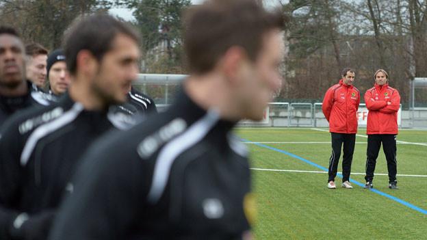 YB-Trainer Martin Rueda (r.) und Assistenztrainer Thomas Haeberli (l.), während dem ersten Training mit dem Kader der ersten Mannschaft des BSC Young Boys. Anfangs April wurde Martin Rueda per sofort von seinem Trainerposten frei gestellt.