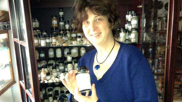 Sand, soweit das Auge reicht: Veronika Gayer vor ihrer Sammlung.