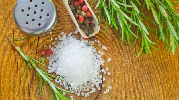 Längerfristig sollen Herr und Frau Schweizer maximal fünf Gramm Salz pro Tag zu sich nehmen. Bei vielen Gerichten kann man das Salz durch Kräuter ersetzen.