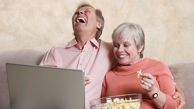 Unterhaltsamer und gemütlicher Fernsehabend vor dem Laptop.