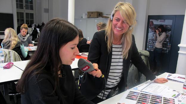 «Treffpunkt»-Moderatorin Sandra Schiess berichtet live von der Schweizerischen Textilfachschule in Zürich.