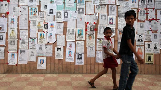 Die Wand der Vermissten vom Einsturz der Textilfabrik in Savar, nahe Bangladesch.