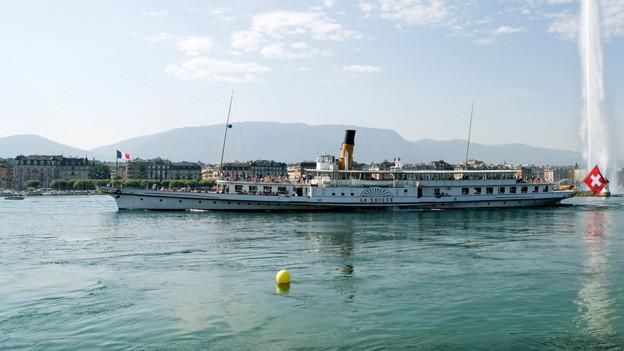 Die «La Suisse» vor dem «Jet d`Eau» im Genfer Seebecken.
