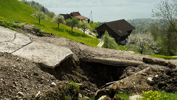 Das Gebiet Hintergraben oberhalb des Sarnersees in der Gemeinde Sarnen ist am Donnerstag, 2. Mai 2013, nach einem Erdrutsch zum Notstandsgebiet erklärt worden.