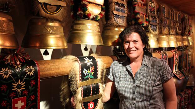 Irène Bodenmann-Meli in einem Raum voller Glocken.