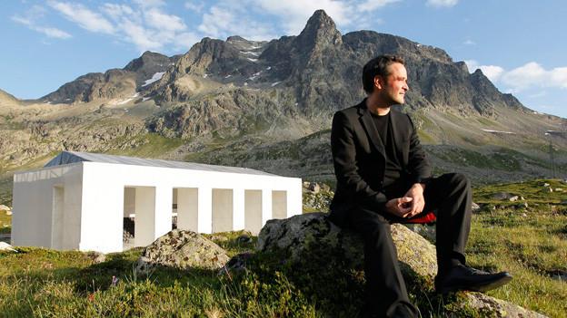 Giovanni Netzer 2010 auf dem Julierpass vor dem temporären Freilichttheater für «La regina da Saba».