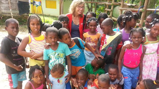 Ladina Spiess mit Kindern aus der kolumbianischen Stadt Quibdo.