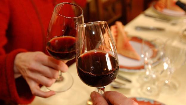 Hoch die Gläser auf ein gemeinsames «Prost»: Das Anstossen mit Alkohol ist weit verbreitet.