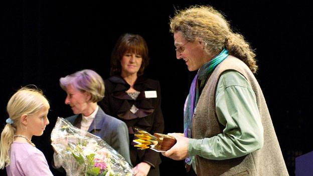 Der mehrfache Preisträger Linard Bardill (r.) bei der Preisübergabe 2002. Damals hat er mit «Der Beltrametti schlürft Spaghetti» das «Goldige Chrönli» gewonnen.