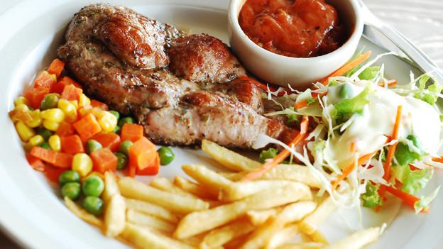 Fleisch, Gemüse, Pommes: Der Körper braucht für die Verdauung nicht immer gleich lang.