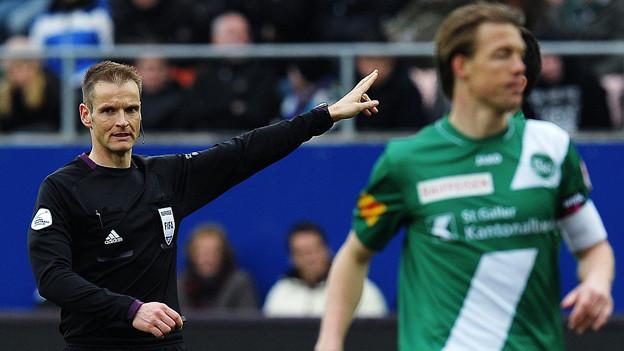 «Freistoss!»: Schiesrichter Alain Bieri pfeifft ein Foul im Fussballspiel zwischen dem FC St. Gallen und dem FC Basel (7. April 2013).