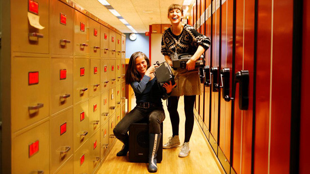 Die Kuratorinnen Nora Hauswirth und Jill Keiser im Produktionsarchiv von SRF Brunnenhofstrasse 22, 8057 Zürich