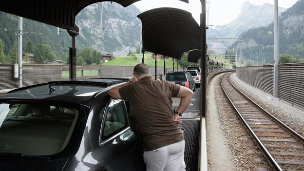 In Kandersteg startet die Reise per Zug im Auto durch den Lötschberg.