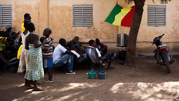 Alltag in Bamako, Hauptstadt von Mali: Die Bewohner versammeln sich im Freien, um gemeinsam ein Fussballspiel im Rahmen des Africa Cups zu schauen. Die Aufnahme stammt vom 6. Februar 2013.