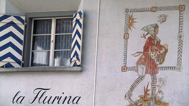 Käserei in Trun mit einer figurativen Wandmalerei der Flurina nach Alois Carigiet's Bilderbüchern.