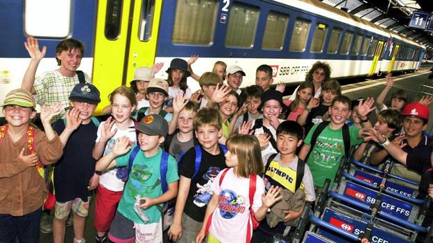 Diese Schulklasse aus Fislisbach posierte 2001 für ein Pressefoto am Zürcher Hauptbahnhof.