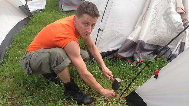 Sandro Albanese auf dem Campingplatz Sutz. Nach dem grossen Sturm vom Freitagabend hilft er am Eidgenössischen Turnfest beim Wiederaufbau der Zelte.