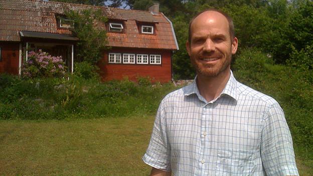 Erik Thurnherr vor seinem Sommerhaus auf einer kleinen Schäreninsel vor Stockholm.