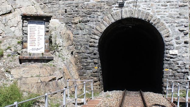 Gedenktafel beim Viadukt Val Mela zwischen Cinuos-chel und Zernez.