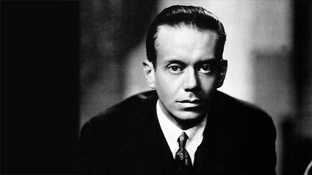 Schwarz-Weiss Fotografie des amerikanischen Songschreibers Cole Porter.