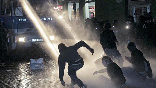 Wasserwerfereinsatz der Polizei nach dem Schanzenfest 2009 in Hamburg
