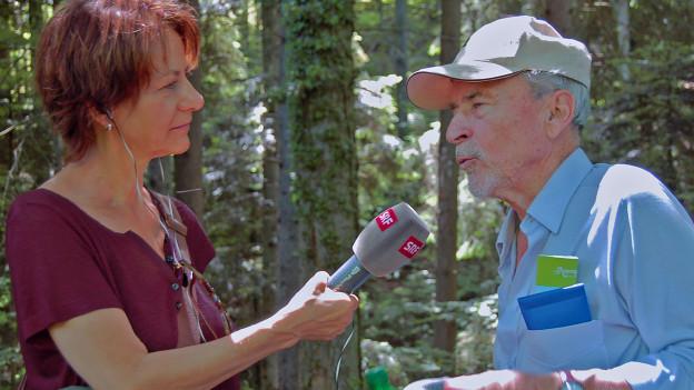 Ein Interview im schattigen Wald. Susanne Sturzenegger, Schabelweid-Redaktorin im Gespräch mit Peter Eggenberger.