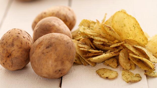Kartoffelchips sind nicht immer ungesünder als die Gemüse-Alternative.