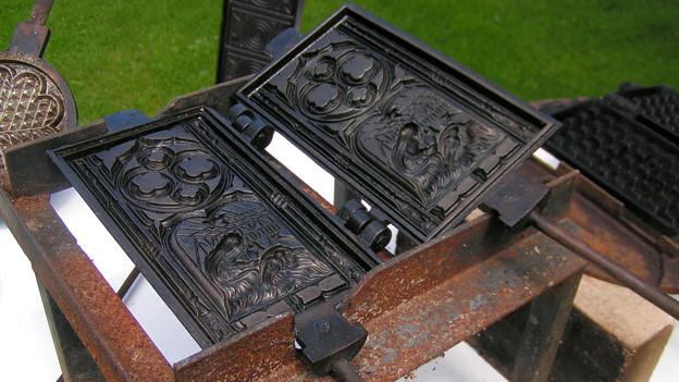 Ein Waffeleisen für festliche Anlässe: Dieses historische Gerät kommt bei Hansruedi Zbinden meist an Weihnachten zum Einsatz.