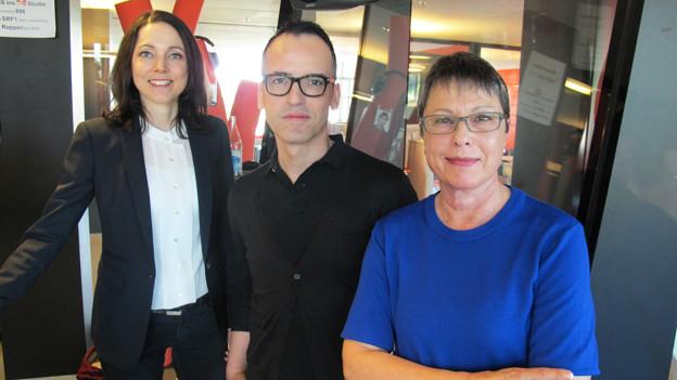 Flugprofis: (v.r.) Evi Weber, die vor 50 Jahren für die damalige Swissair flog, Flight Attendant Juan Lasarte und Swiss-Sprecherin Myriam Ziesack.