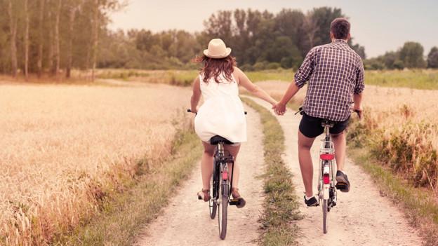 Filmreifes Happy End. Ein Liebespaar radelt einer gemeinsamen Zukunft entgegen.