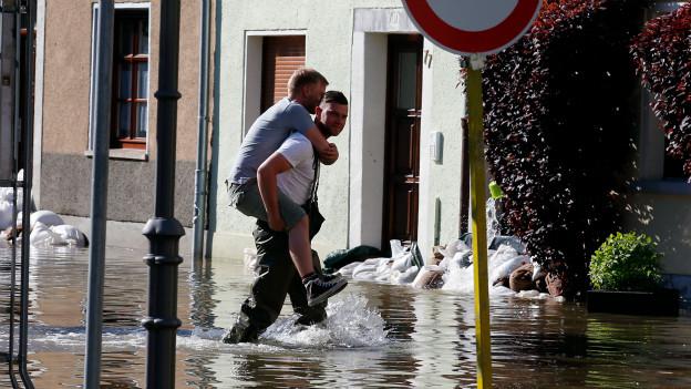 Zivilcourage ist dann gefragt, wenn Mitmenschen in Not geraten. Hier bei den aktuellen Fluten in Deutschland (Bernburg, 7. Juli 2013).