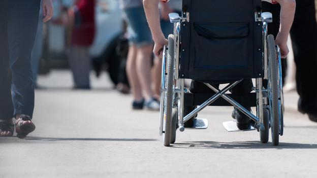 Selbständig mit dem Rollstuhl unterwegs.