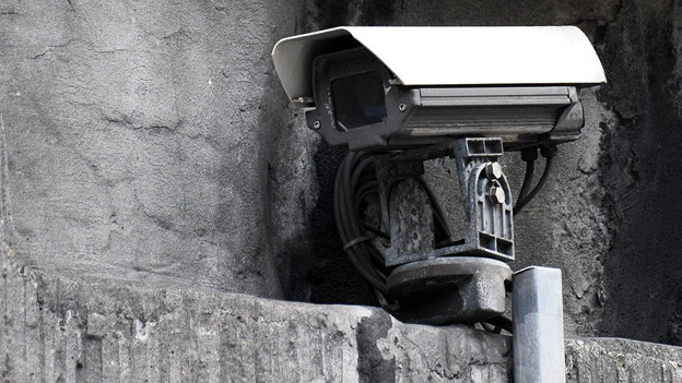 Der Staat schaut mit: Überwachungskamera im öffentlichen Raum.