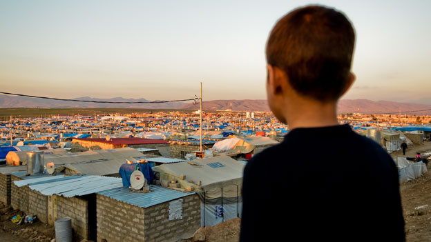Ein Junge blickt auf das Flüchtlingslager im irakischen Kurdistan.