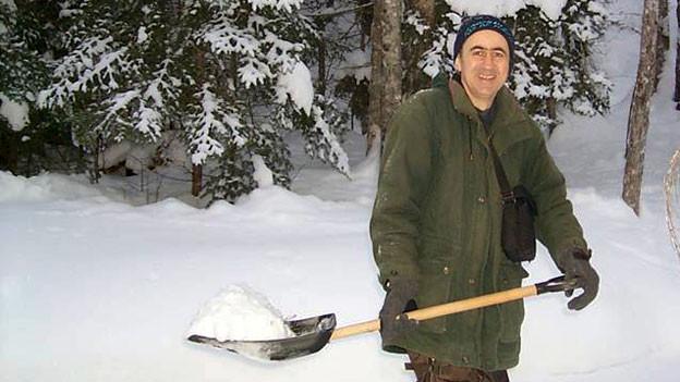 Auch das Schneeschaufeln gehört für Felix Baerlocher zum neuen Lebensstil.