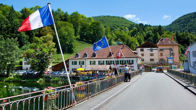 Goumois im Kanton Jura: Die Brücke über den Doubs verbindet die Schweiz mit Frankreich.