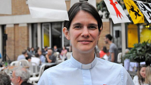 Carla Maurer trägt auf diesem Foto ein Kollarhemd; ein Hemd, wie es Priester unter der Soutane tragen. Das Bild ist an der 1. Augustfeier der Auslandschweizer in London entstanden.