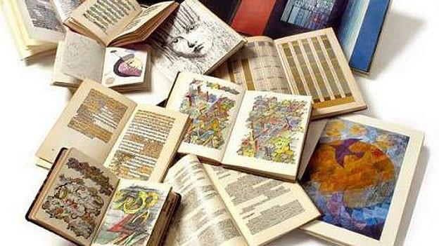 Überarbeitete Bücher der Künstlerin Beatrix Schären
